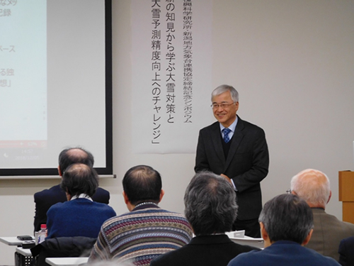 Director Isobe of the Fukui Local Meteorological Office, lecturing