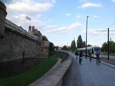 ナントの街並み(ブルターニュ城と主要交通機関のトラム)