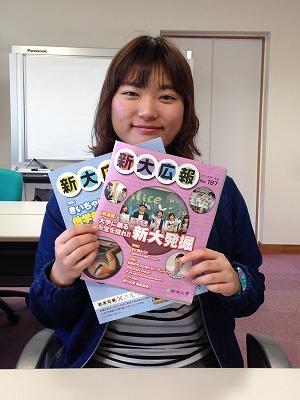 新大広報の冊子を紹介する石戸さん