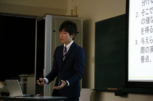 インターンシップの成果を発表する学生