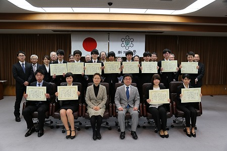 表彰を受けた学生達との集合写真