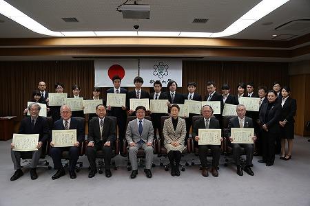 表彰された学生と教職員らの集合写真
