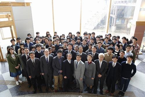 創生学部教職員と学生の集合写真