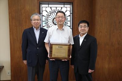 山口教授と,髙橋学長(右),高橋理事(研究担当)(左)