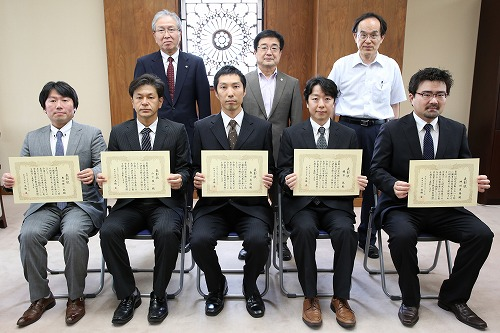 後列左から,高橋均理事,髙橋姿学長,渡部慎二研究企画推進部長 及び受賞者