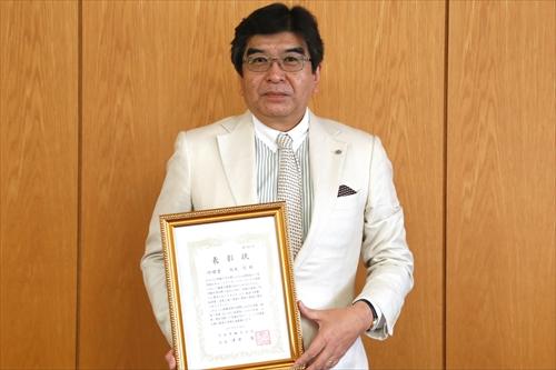 賞状を持つ坂本教授