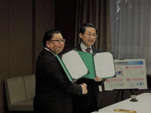協定書に署名した平井伸治・鳥取県知事(右)と福岡浩・災害・復興科学研究所所長(左)