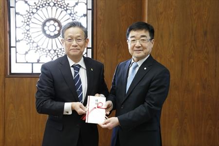 株式会社プロテックエンジニアリングの野村利充代表取締役社長(左)と髙橋学長(右)