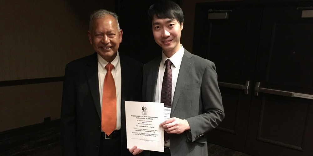 受賞した経済学部の伊藤龍史准教授