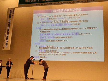 表彰状を受け取る櫻井准教授