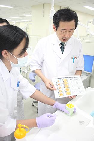 患者さんが噛んだグミゼリーをカップに入れるだけで、どれだけ表面積が増えたかを測る専用機が新潟大学にはある
