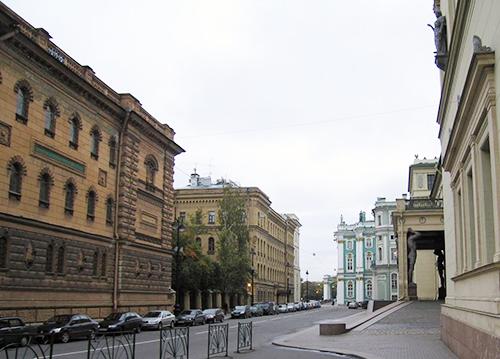 向かって左がサンクト・ペテルブルグのロシア海軍文書館。 右はエルミタージュ美術館