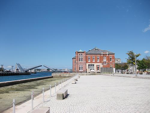 福岡県の門司税関(左)と門司港駅(右)。現在は観光地として知られる門司港だが、煉瓦造りの税関といった西洋風建築は明治から昭和初期の国際港の象徴だった