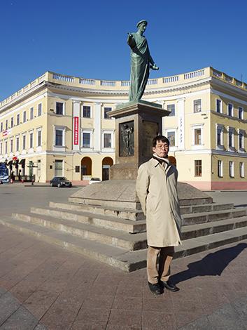 外国史研究で不可欠な現地訪問で史料の収集にあたる。写真はウクライナ オデッサにて、リシュリュー公爵像とともに