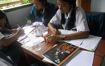 インドネシアの高校物理授業の様子