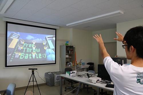 現実世界の行動をCGの世界で表現する試み。関節の動きをデータ化し、バスケットボールのシュートモーションをするとスクリーン内でボールが投げられる
