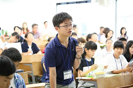 積極的に質問をする入塾生