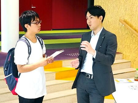 講演者に質問をする学生