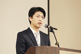 来賓挨拶を行う香西健次文部科学省総合教育政策局地域学習推進課課長補佐