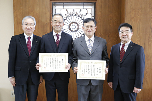 表彰された山村健介教授(中央左)と西川周一教授(中央右)
