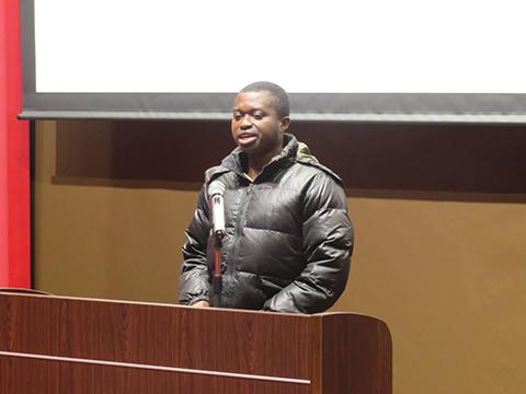 代表挨拶を行うガーナ出身留学生