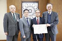 新潟県視覚障害者福祉協会の松永秀夫前理事長に学長感謝状を贈呈しました