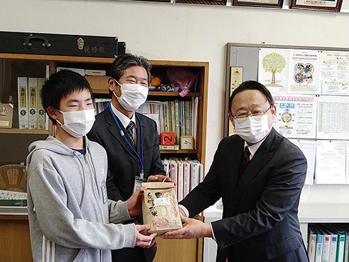 「コシヒカリ新潟大学NU1号」の贈呈式の様子