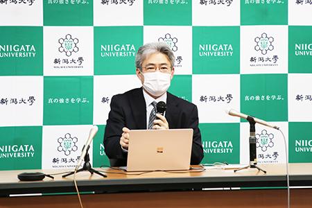 記者発表を行う八木教授